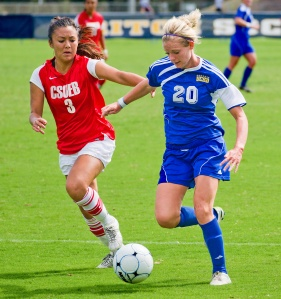 UCSD_Women's_soccer_Players_fighting_over_ball